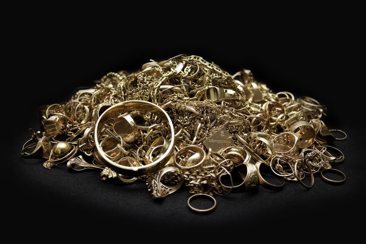Un petite montagne de bijoux en or