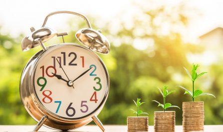 pièces de monnaie empilées réveil épargne vieillesse
